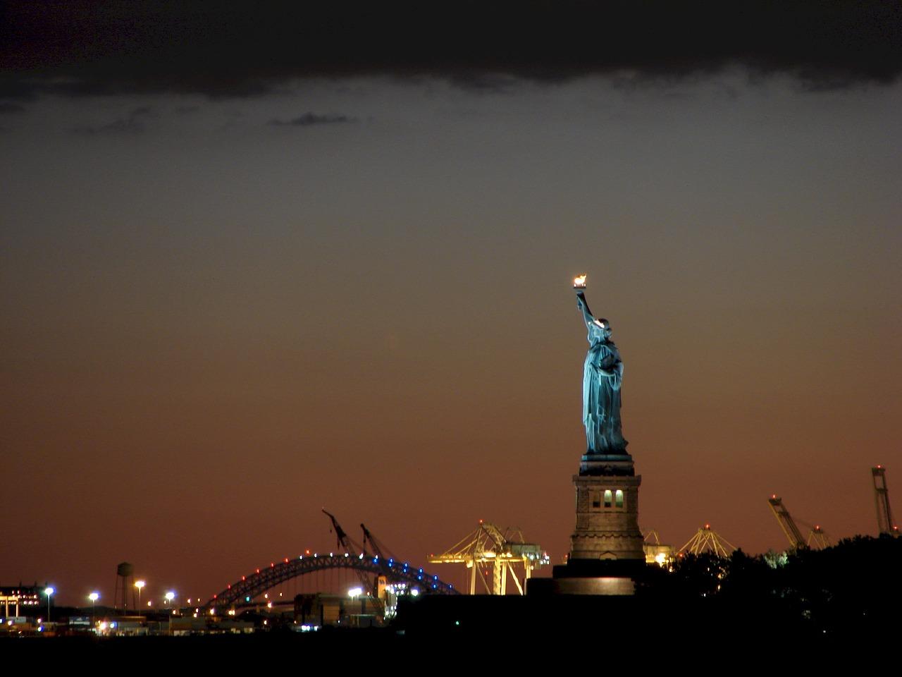 Статуя Свободы ночью